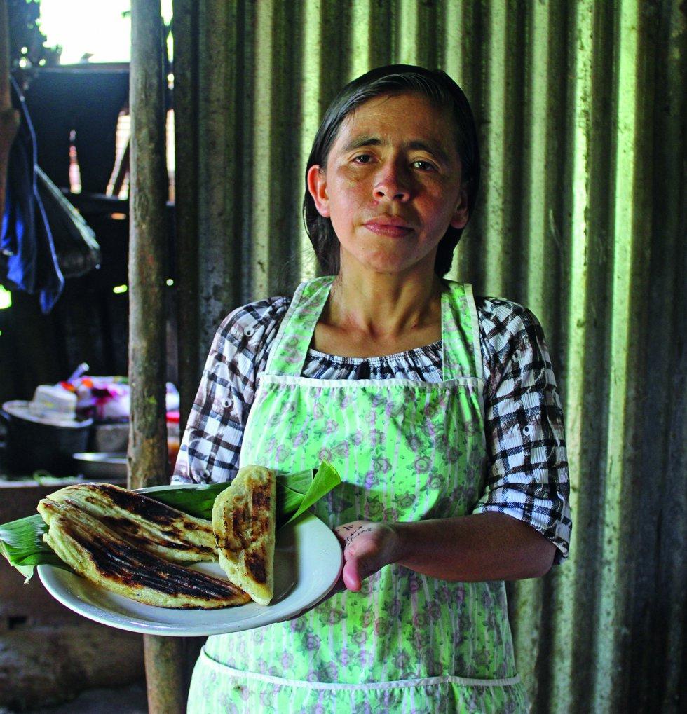 Elotascas (El Salvador). Se llama elote a la mazorca de maíz que todavía está en la planta que la produjo (tanto maduras como inmaduras), o bien a la que fue recientemente cosechada y en la cual los granos todavía guardan la humedad natural. Elote proviene de la lengua náhuatl, esta lengua es nativa de México y aproximadamente un millón y medio la hablan en el país. En náhuatl elotl quiere decir mazorca tierna, según recoge el recetario.