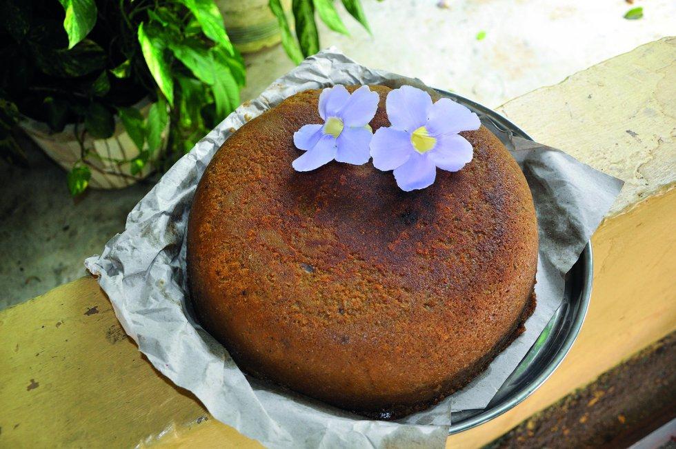 """Pan de yautía amarilla (República Dominicana). """"La yautía es una de las plantas cultivadas más antiguas del mundo. Es un alimento muy rico en hidratos de carbono y puede ser preparado de muy diversas formas. Este tubérculo se puede consumir en sopas, cremas, púdines, tortas, hojuelas fritas o asadas, en tanto que sus hojas se pueden consumir hervidas en guisos y ensaladas"""", se lee en el texto. """"Mi abuela nos decía: vengan a mirar para que aprendan, que uno no sabe de lo que va a vivir en el futuro"""", declara Daisy en el libro."""