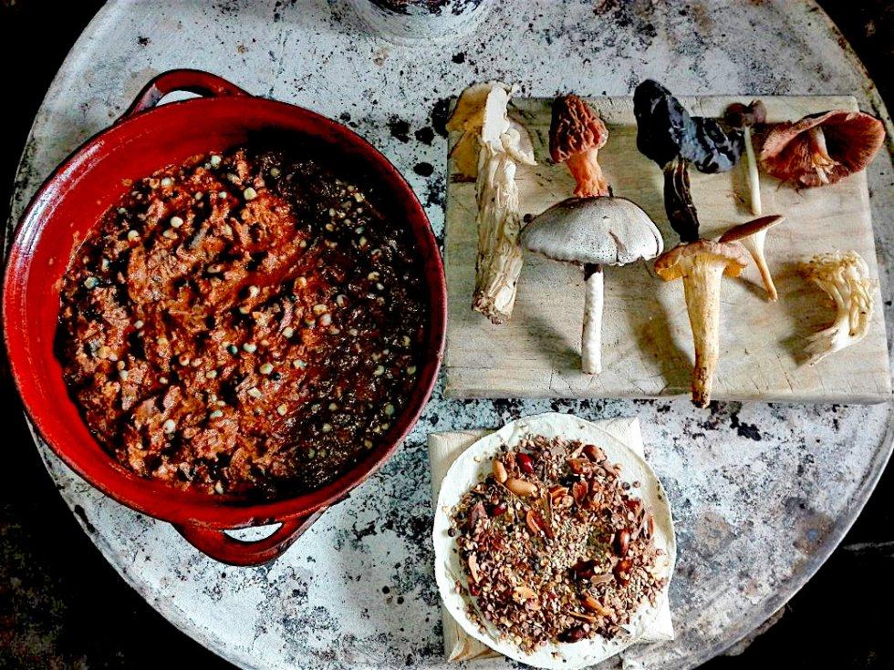 Hongos silvestres comestibles en pepita (México): 1. Primero se limpian y deshebran los hongos. 2. De manera separada, tostar en una sartén la pepita, el cacahuete, el ajonjolí y la chilaca. 3. Moler en un mortero (o metate), las pepitas, los cacahuetes, el ajonjolí, la chilaca, los ajos, un trozo de cebolla, junto al comino, clavos y pimienta. 4. Rebanar los granos de los dos elotes. 5. Calentar el aceite en una cazuela (u olla de greda) para freír un trozo de cebolla y un ajo picado. Se debe esperar a que estos cambien de color. 6. Luego, agregar los hongos silvestres, los elotes y dos ramitas de epazote. 7. Dejar sazonar por 8 minutos. 8. Agregar a la cazuela la mezcla de los ingredientes que fueron previamente molidos en el mortero (metate). 10. Agregar la taza de agua y dejar cocinar de 10 a 15 minutos, sin dejar de revolver. 11. Agregar sal al gusto.