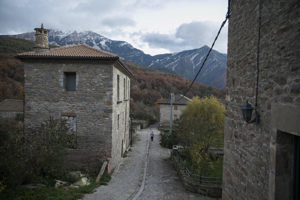 Una mujer camina por una calle de Nocito, una pedanía de Nueno (Huesca), donde conectarse a Internet es complicado. En España casi la mitad de municipios con menos de 5.000 habitantes no tiene conexión a banda ancha.