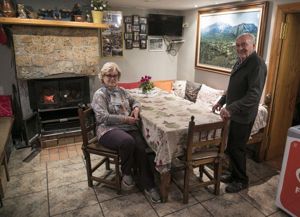 Luis Ortas y Pilar Albas, regentan un restaurante, una tienda y un camping en Nocito. El datáfono no suele funcionar y los clientes tienen que desplazarse junto a Luis a un alto a cinco kilómetros en busca de cobertura para poder pagar.