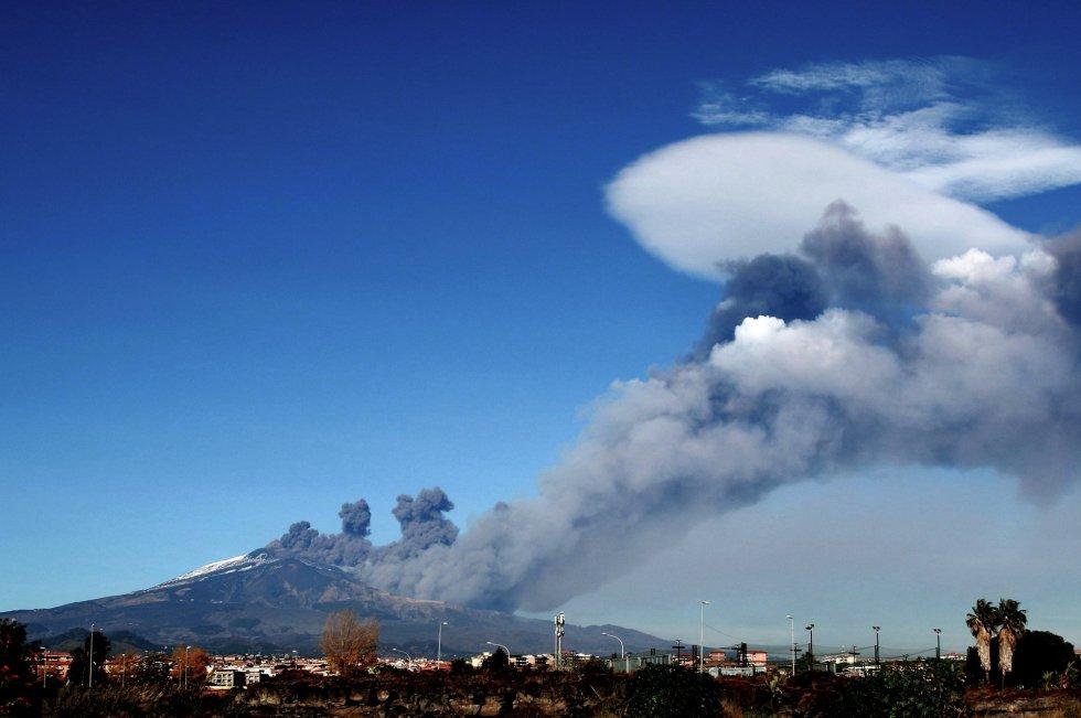 El humo de la erupción se extiende de forma caprichosa sobre Catania.