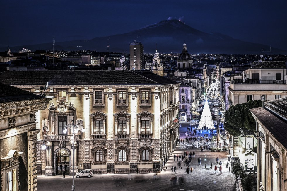 El volcán, desde la pieza del Duomo de Catania.