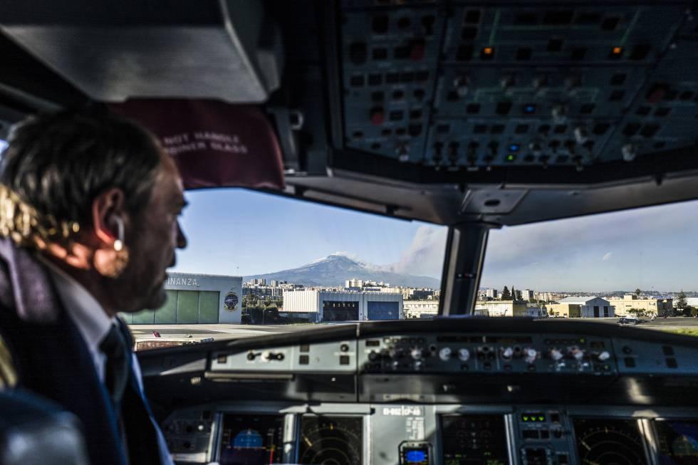 El aeropuerto fue cerrado durante varias horas y este martes abrió solo con la limitación de cuatro aterrizajes a la hora. En la imagen, vista del Monte Etna desde el interior de un avión en Catania.
