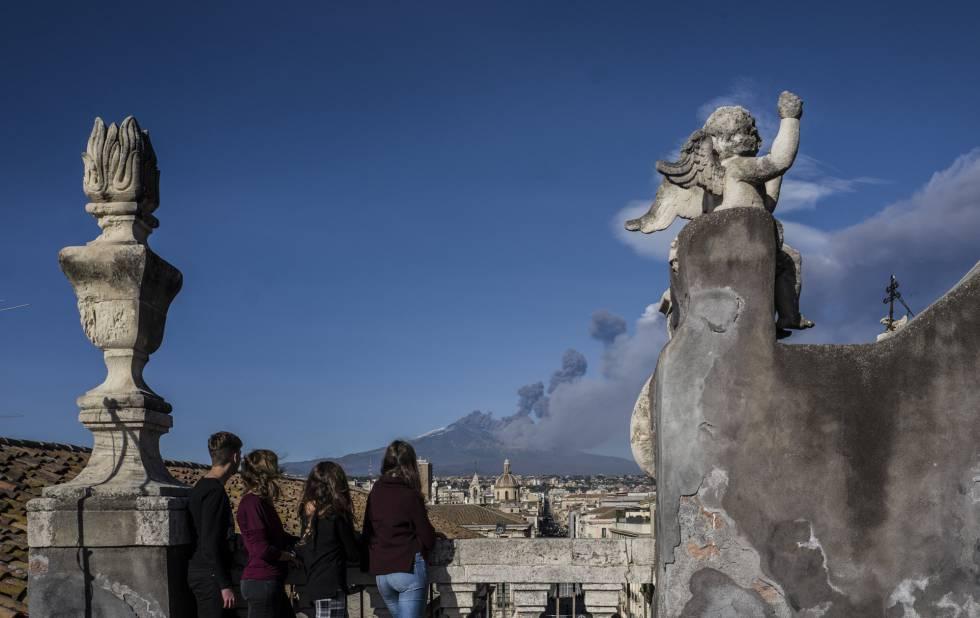 Se han registrado cerca de 150 temblores de poca intensidad desde que este lunes comenzó la erupción volcánica, el mayor fue de magnitud 4,3 en la escala Richter, según el Instituto nacional de Vulcanología de Catania. En la imagen, la erupción del Etna vista desde Catania (Italia).