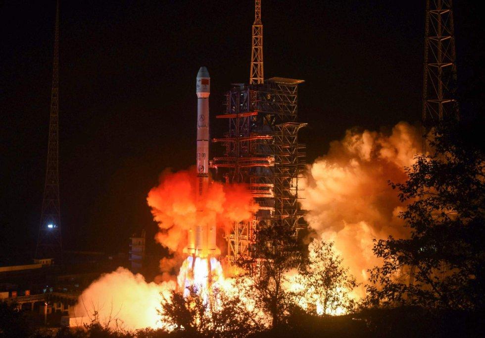 La nave china ha completado así un nuevo hito de la exploración espacial, que esta semana se ha asistido a otros dos logros. La sonda 'Osiris-Rex' de la NASA descendió hasta el asteroide Bennu y lo orbitó a apenas un kilómetro y medio de la superficie. En la imagen, el cohete 'Long March 3B', que transporta la nave 'Chang'e-4', despegando en el centro de lanzamiento de Xichang, el 8 de diciembre.