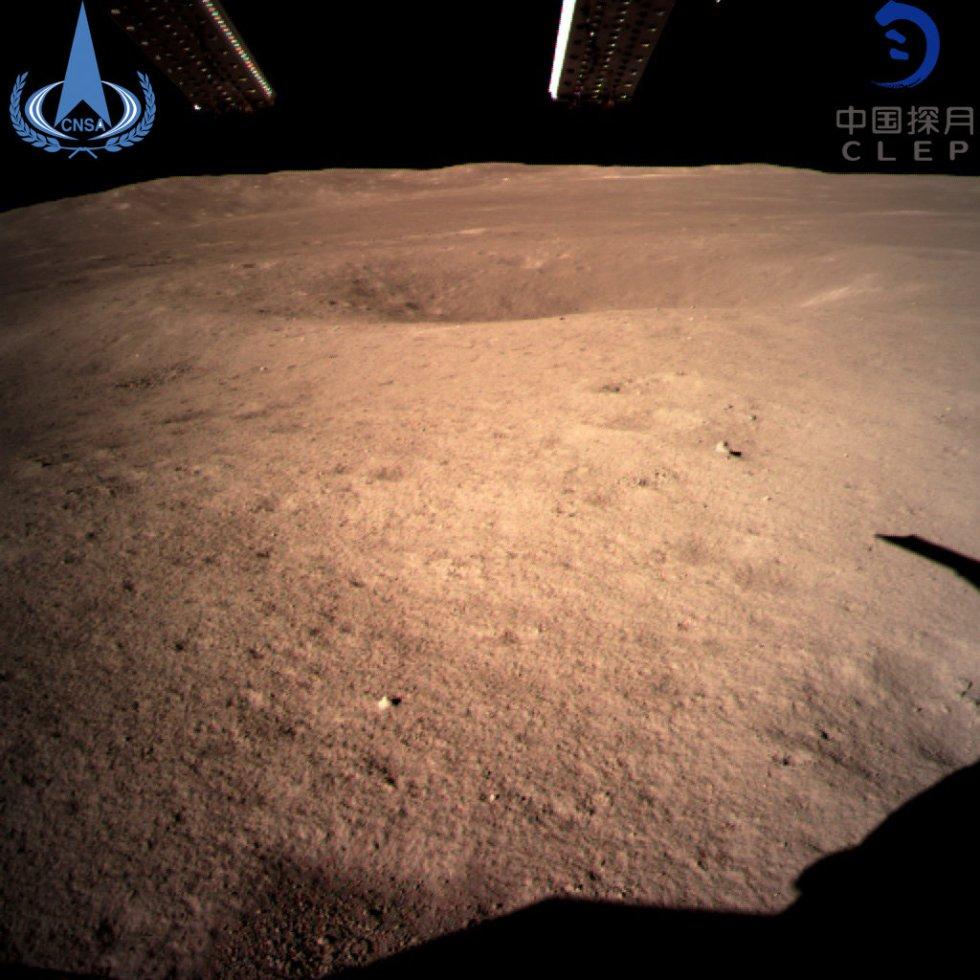 La nave no tripulada ya había entrado en órbita lunar elíptica durante el pasado domingo, con el punto más cercano al astro a unos 15 kilómetros de su superficie y el más lejano a unos 100 kilómetros, según informó la Administración Nacional del Espacio de China. En la imagen, la primera fotografía tomada por la sonda Chang'e 4 en el momento del alunizaje en la cara oculta de la Luna.