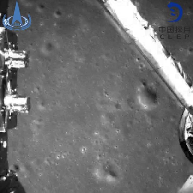 El objetivo de la sonda 'Chang'e 4' es principalmente analizar la composición del terreno y el relieve de la zona, lo que podría dar pistas sobre los orígenes y evolución del satélite. En la imagen, fotografía tomada por la sonda después de su alunizaje.