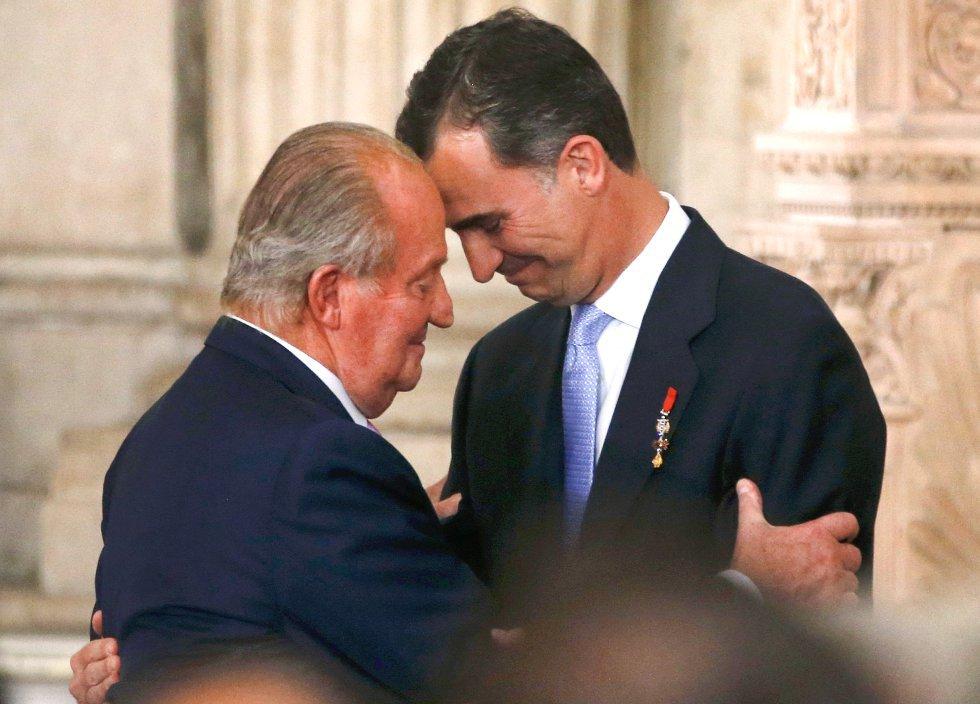 Don Juan Carlos abraza a su hijo y sucesor, Felipe VI, en el acto de sanción de la ley de abdicación en una ceremonia solemne y sobria celebrada en el palacio Real de Madrid el 18 de junio de 2014. El Rey ponía fin a 39 años de reinado, en el momento de la mayor impopularidad de la Corona, una grave crisis económica, el desafío independentista catalán y la desconfianza de la sociedad hacia sus instituciones.