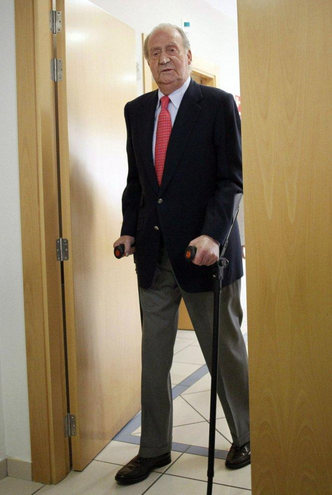 """""""Lo siento mucho. Me he equivocado y no volverá a ocurrir"""". El Rey pidió disculpas cuando abandonó la clínica San José de Madrid, el 18 de abril de 2012, donde fue operado para implantarle una prótesis de cadera tras sufrir un accidente estando de caza en Botsuana. Su polémico viaje marca el punto más álgido de su desconexión con la ciudadanía y una parte de la clase política. Una impopularidad agravada por el caso Urdangarin, la imputación de su yerno (y luego su hija) en el caso Noos."""