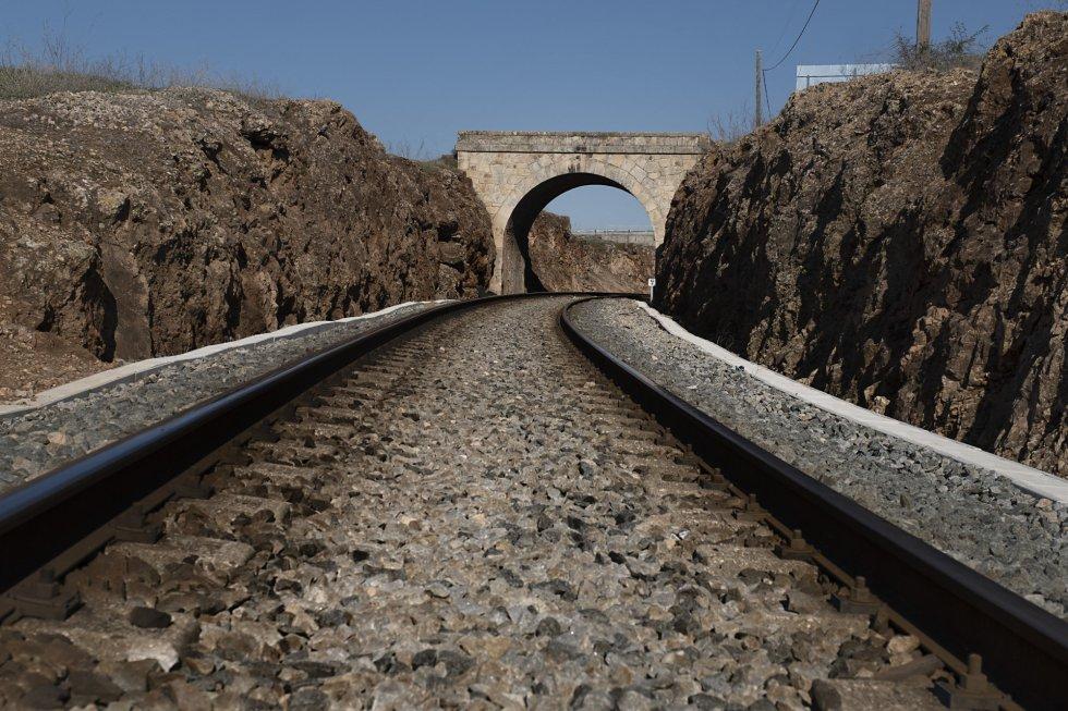 Con la llegada del nuevo Gobierno se ha instalado un punto de asistencia técnica de trenes en Badajoz y se han sustituido cinco de los 11 ferrocarriles que circulan por los 725 kilómetros de vías extremeñas. En la imagen, un tren circula por la vía ferroviaria que une Cáceres y Badajoz.