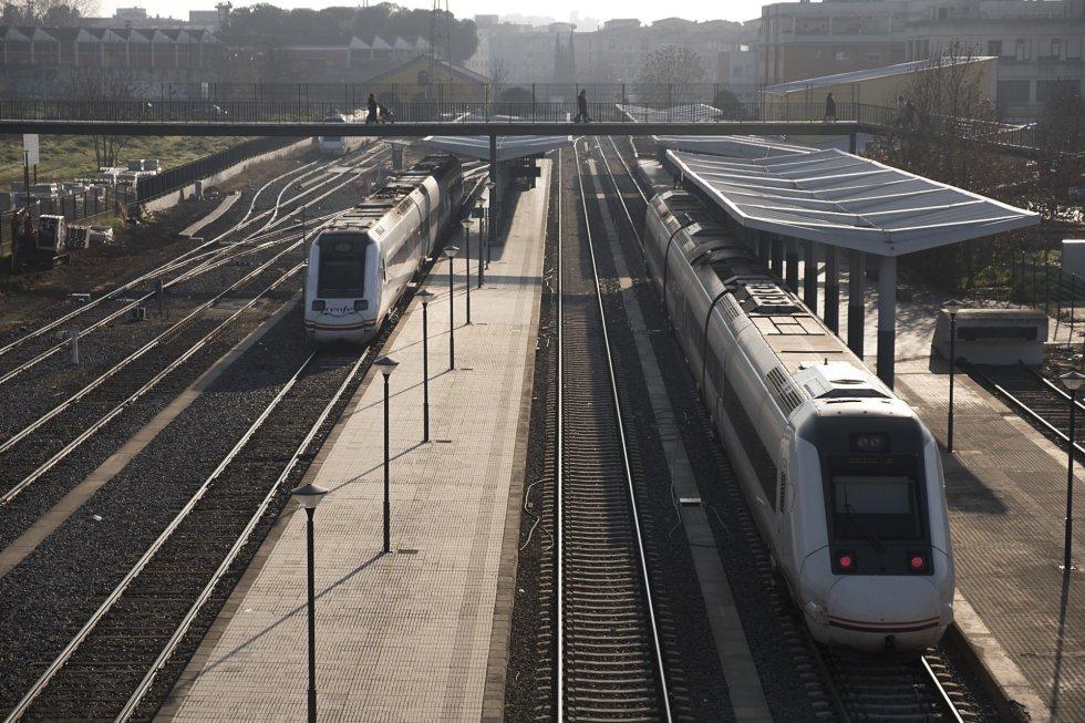 Extremadura es la 15ª economía de España. Su millón de habitantes aporta al PIB español un promedio del 1,6% desde el 2008. La región ha recibido 2,76 euros de media de cada 100 que el Estado ha destinado al total de las infraestructuras autonómicas. En la imagen, dos trenes en el andén de la estación de ferrocarril de Badajoz