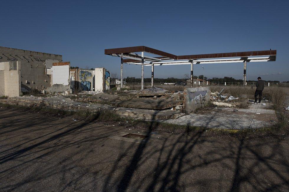 Antigua estación de servicio abandonada en el kilómetro 71,5 de la carretera nacional EX-100 que une Cáceres y Badajoz.