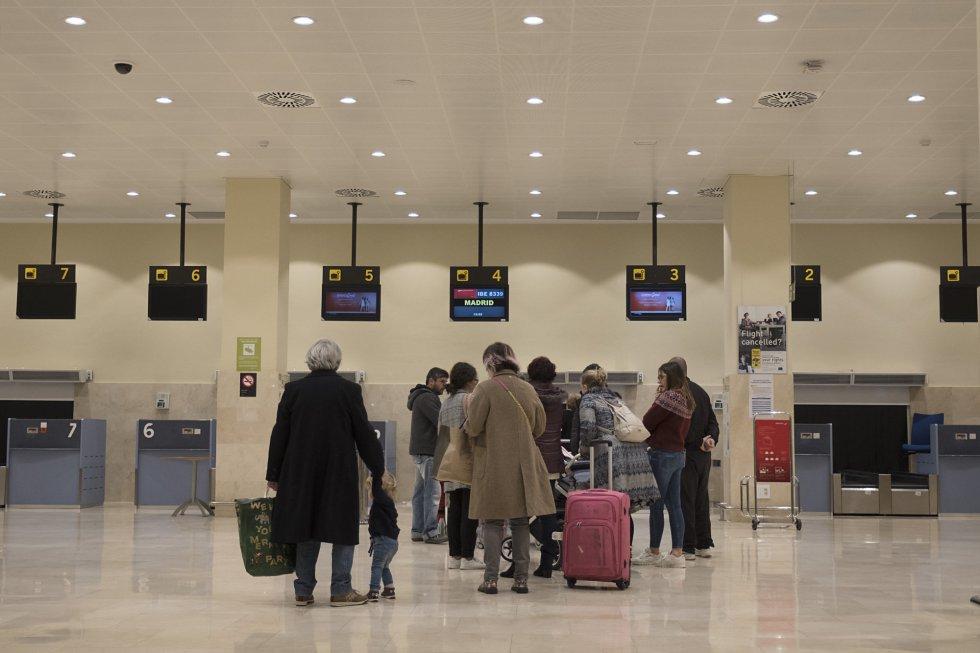 """La conexión aérea se centra en el aeropuerto de Badajoz. Lejos queda el famoso """"aeropuerto internacional de Extremadura"""" que se proyectó en una zona de pastizales a 17 kilómetros de Cáceres en 2008. """"No es un fin"""", dijo por entonces el presidente Vara, """"sino un medio para lograr que nos planteemos cuestiones como duplicar el número de turistas"""". El estudio de viabilidad contemplaba 1,1 millones de viajeros en 2020, de los cuales 758.000 serían extranjeros. La fecha de inauguración estaba prevista para 2012. Hoy está descartado. En la imagen, varios pasajeros hacen cola en los mostradores de control de equipajes del aeropuerto de Badajoz antes de coger uno de los vos vuelos a Madrid."""