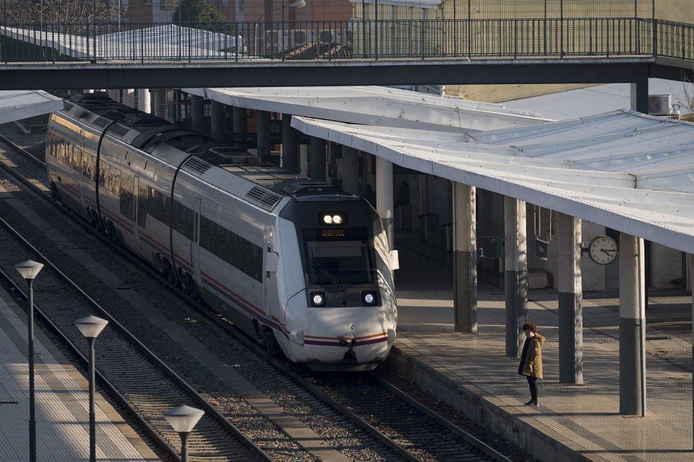 La Consejería de Transportes cree que a finales de este año los viajeros notarán un pequeño avance. El servicio se recortará en 30 minutos gracias a la finalización del tramo Plasencia-Badajoz. En la imagen, un tren en el andén de la estación de ferrocarril de Badajoz.