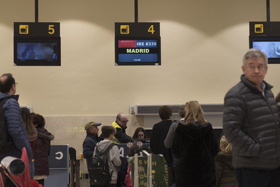 La base aérea de la región se comparte con el Ejército en Talavera la Real, a 20 kilómetros de la capital pacense. Este aeropuerto solo tiene a Madrid y Barcelona como destinos. El billete cuesta entre 90 y 110 euros por trayecto, gracias a un acuerdo firmado por la Junta y la aerolínea AirNostrum el pasado noviembre. El coste anual es de 3,5 millones de euros hasta 2021. El aeropuerto tuvo 6.918 pasajeros en el mes de noviembre; el doble que en el mismo mes de 2017. En la imagen, varios pasajeros hacen cola en los mostradores de control de equipajes del aeropuerto de Badajoz.