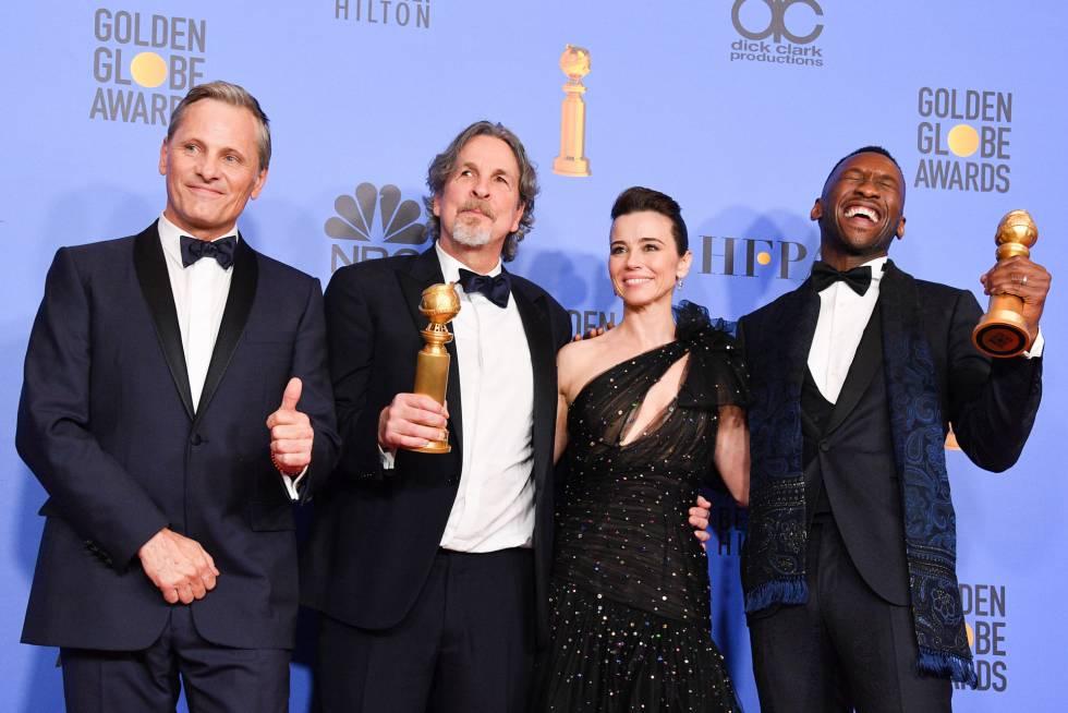 De izquierda a derecha, Viggo Mortensen, Peter Farrelly, Linda Cardellini y Mahershala Ali, con los premios de 'Green Book' a Mejor película de comedia o musical y a Mejor actor de reparto.