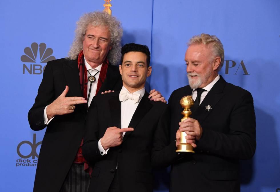 Rami Malek, ganador a Mejor actor de una película dramática por 'Bohemian Rhapsody', flanqueado por Brian May, a la izquierda, y Roger Taylor, componentes de Queen.