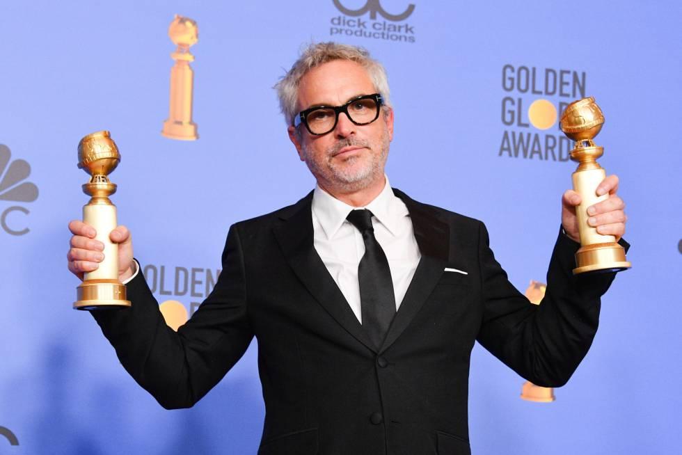 El director mexicano Alfonso Cuarón posa con los dos Globos de Oro como Mejor dirección y Mejor película en lengua extranjera.
