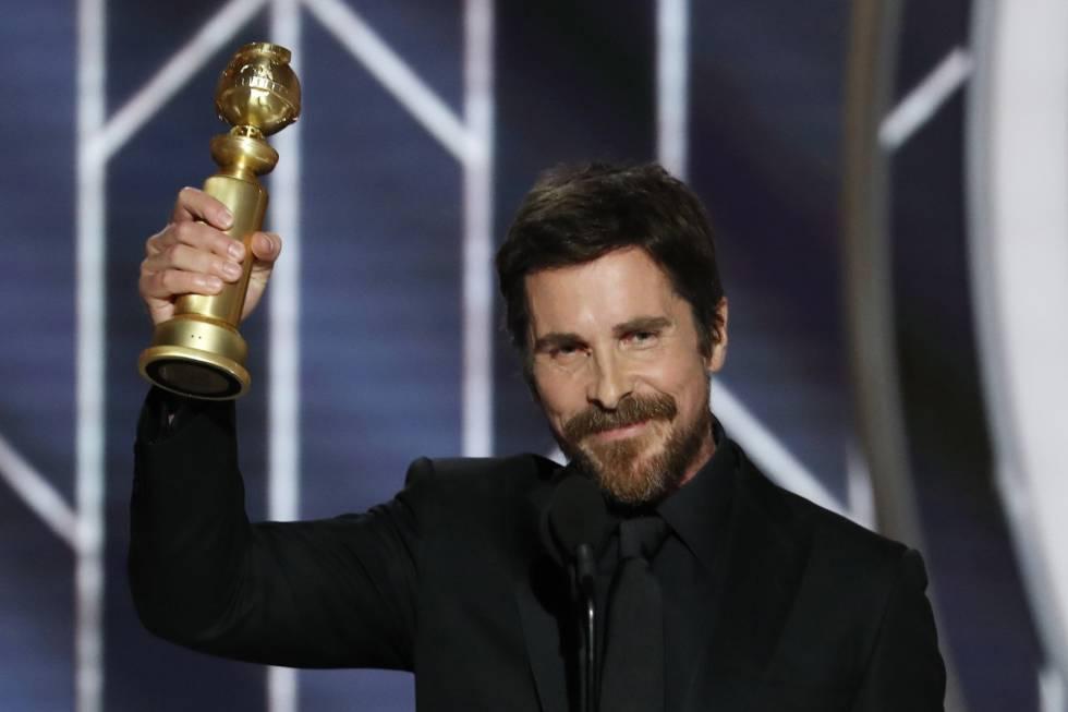 Christian Bale sostiene el Globo de Oro a Mejor actor de una película de comedia o musical por 'El vicio del poder'.