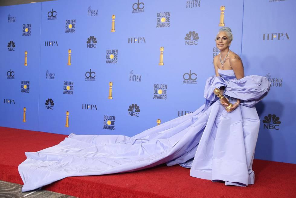 Lady Gaga junto al Globo de Oro por mejor canción original por el tema 'Shallow' de la película 'Ha nacido una estrella'.