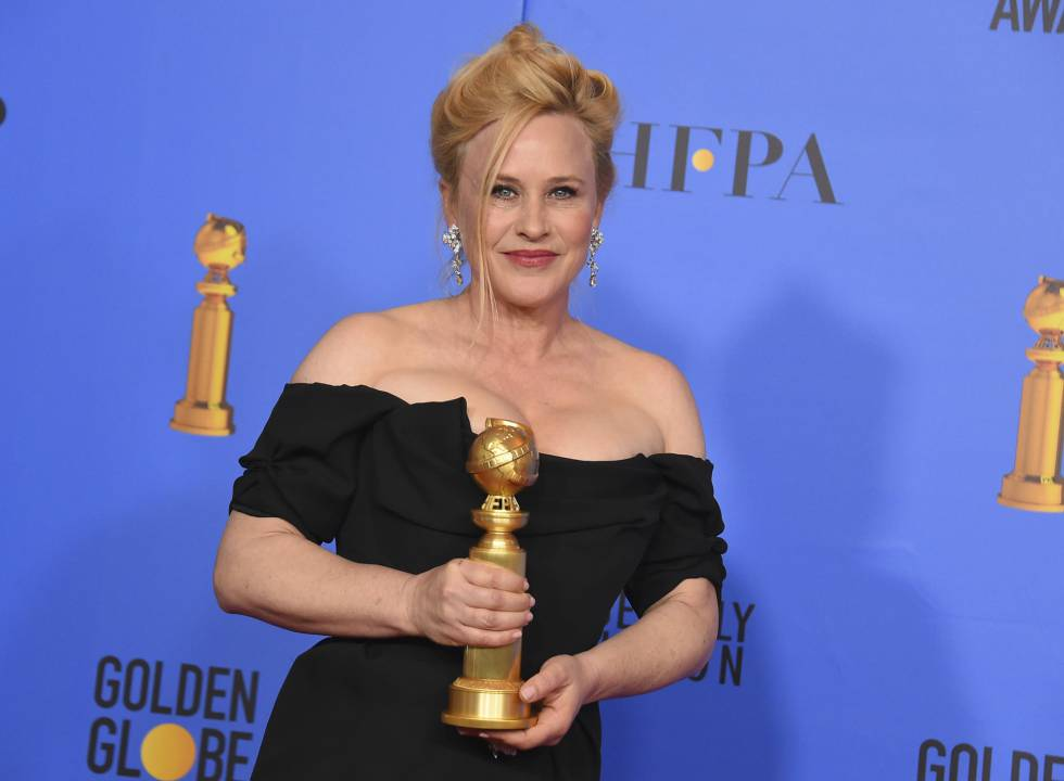 Patricia Arquette posa a los medios gráficos con el galardón a Mejor actriz de serie limitada o película televisiva por 'Fuga en Dannemora'..
