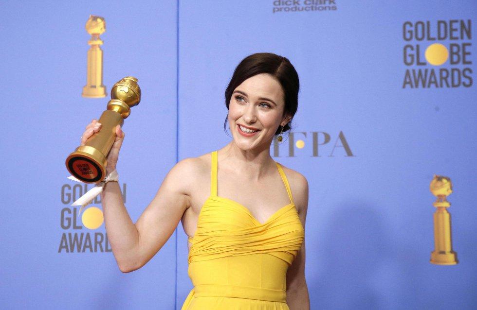 Rachel Brosnahan sostiene el Globo de Oror a Mejor actriz de serie de comedia o musical por 'La maravilla Sra Maisel'.
