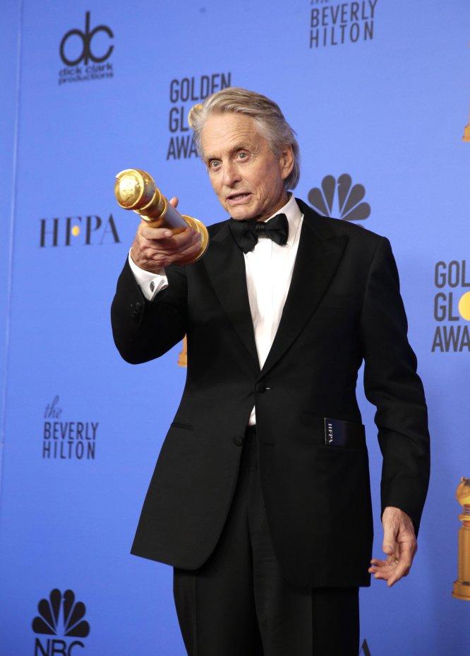 Michael Douglas señala a los medios gráficos congreados en el 'photocall' después de recibir el premio a Mejor actor de serie de comedia o musical por 'El método Kominisky'.
