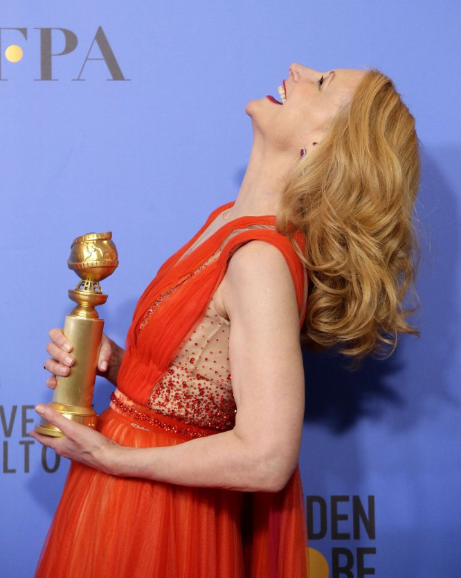 Patricia Clarkson sonríe mientras sostiene el Globo de Oro a Mejor actriz de reparto en una serie, serie limitada o película televisiva por 'Heridas abiertas'.