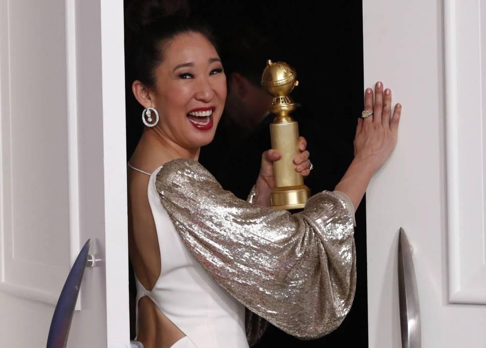Sandra Oh posa para los medios gráfico con el Globo de Oror a Mejor actriz de serie dramática 'Killing Eve'.