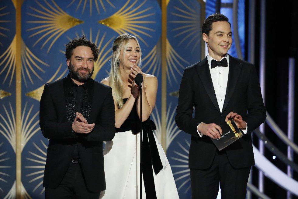 Los actores, de izquierda a derecha, Johnny Galeck, Kelly Cuoco y Jim Parson durante la gala.