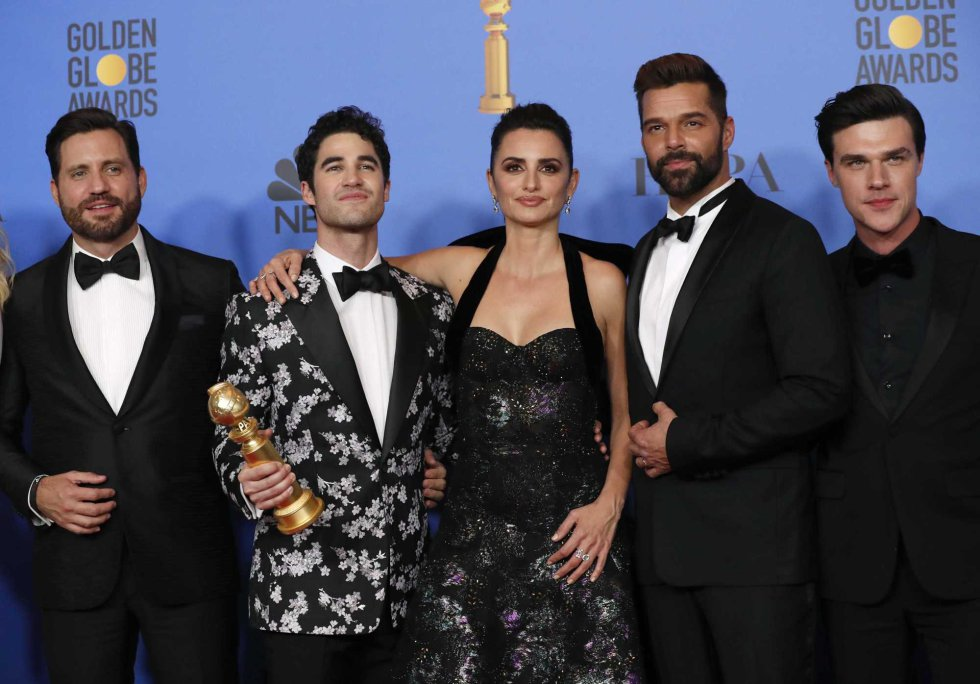 "76th Golden Globe Awards - Photo Room - Beverly Hills, California, U.S., January 6, 2019 The cast and crew of ""The Assassination of Gianni Versace: American Crime Story"" pose backstage with their Best Television Limited Series or Motion Picture Made for Television award REUTERSMario AnzuonirnrnEl equipo de reparto de la serie 'American Crime Story: El asesinato de Gianni Versace'."