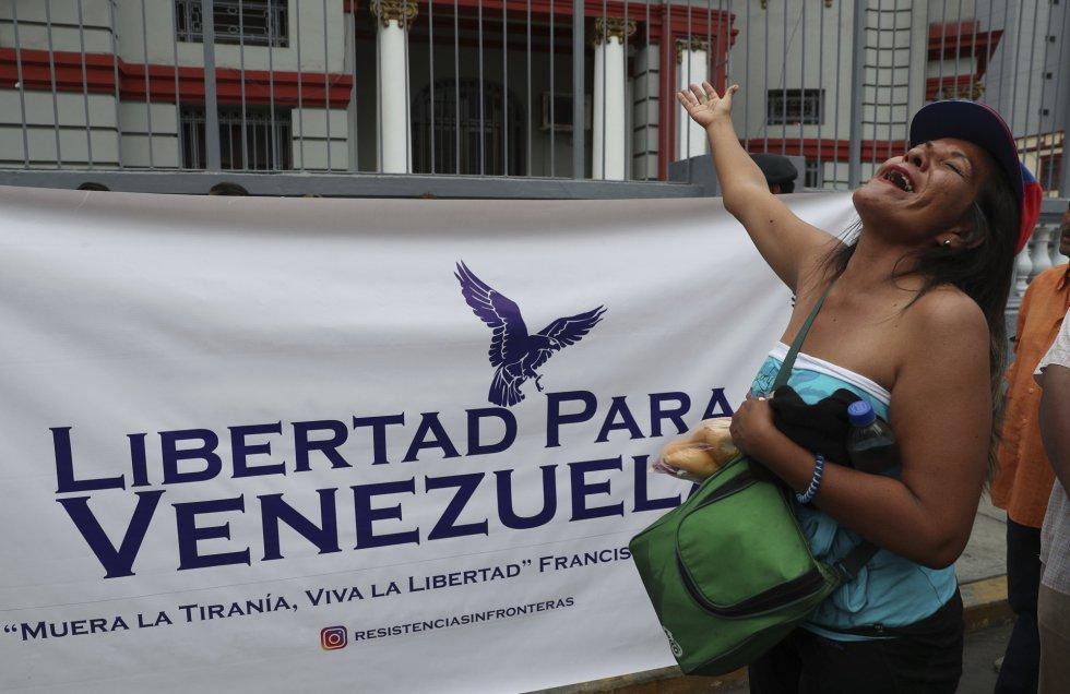 Una ciudadana venezolano grita consignas contra la toma de posesión del segundo mandato del presidente venezolano Nicolás Maduro, frente a la embajada venezolana de Lima (Perú).