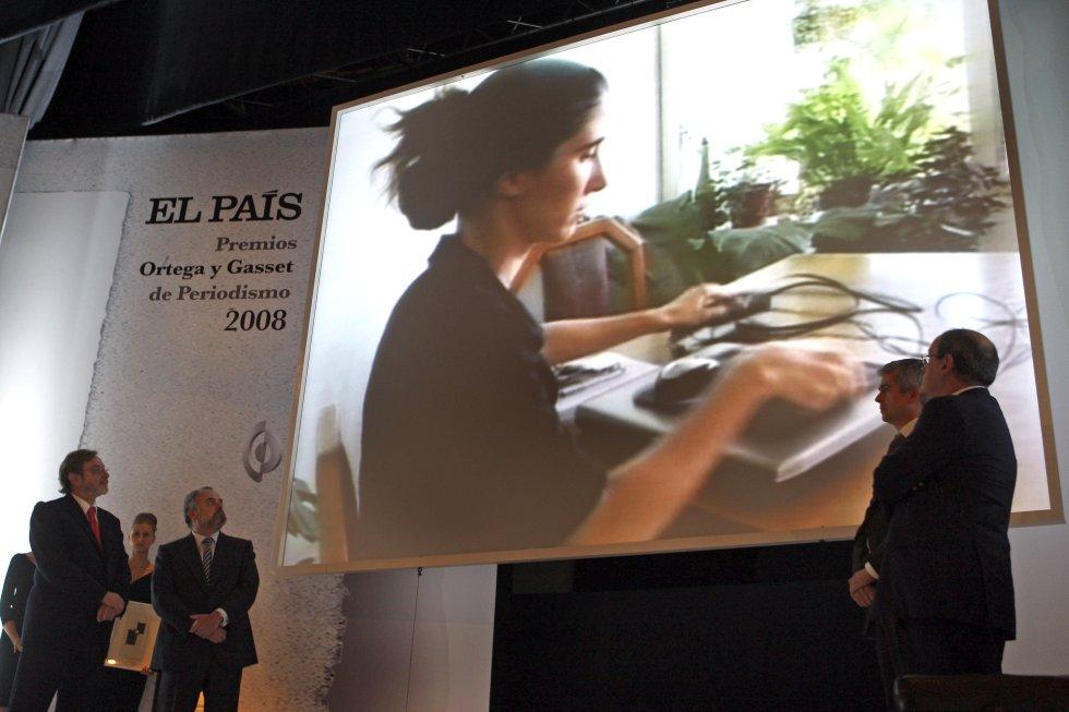 Ignacio Polanco y Juan Luis Cebrián contemplan un vídeo de la bloguera cubana premiada Yoani Sánchez.