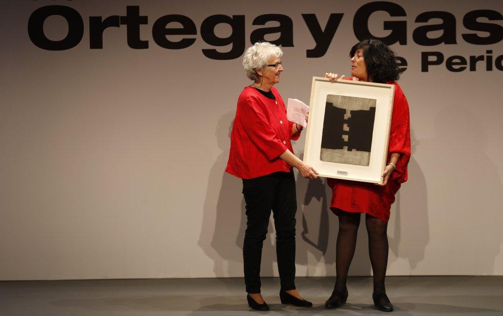 Soledad Gallego-Díaz (izquierda) recibe el galardón a la Trayectoria Profesional 2018 de manos de la escritora Almudena Grandes.