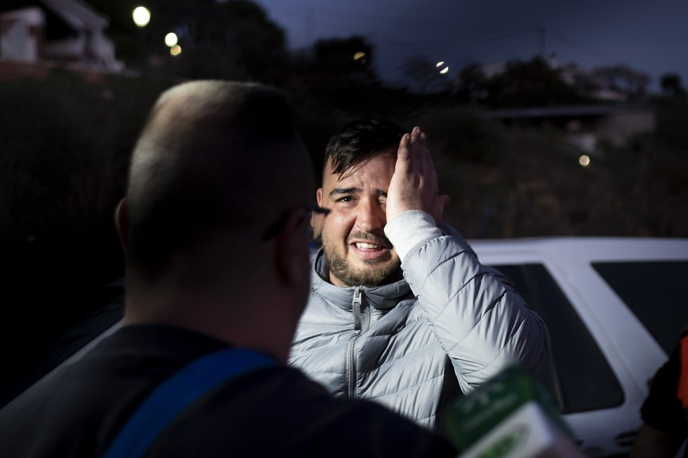 José, padre del pequeño Julen, muestra su tristeza al recibir a unos vecinos de Totalán (Málaga) que le quieren transmitir su apoyo.