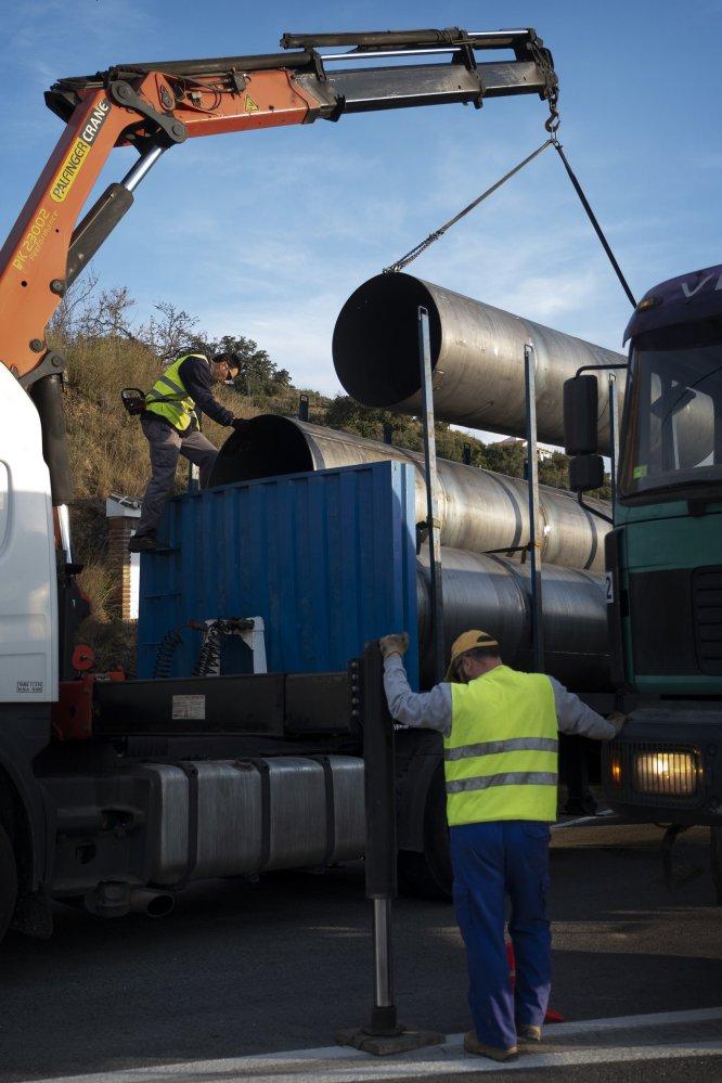 Operarios descargan las tuberías que serán utilizadas para la construcción de un pozo vertical paralelo al pozo donde cayó Julen, el 17 de enero de 2018.