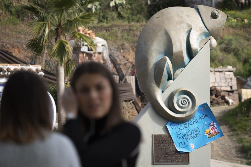 Un cartel en apoyo a la familia de Julen colocado en el monumento del camaleón de la localidad de Totalán, el 17 de enero de 2018.