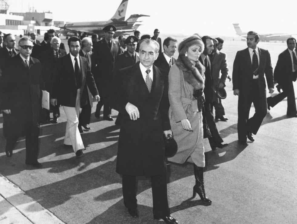 El Sha Mohammad Reza y su esposa, la emperatriz Farah, caminan hacia el avión que les sacará de Irán el 16 de enero de 1979. La presión de la calle ha logrado echarlos, aunque en ese momento tal vez no sean conscientes de que no van a volver nunca más. Su exilio abrió las puertas al regreso de Jomeini y la implantación de un régimen islámico que secuestró las aspiraciones de buena parte de quienes habían apoyado la revolución.
