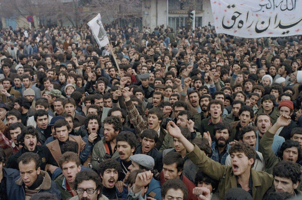 Han sido meses de protestas contra las políticas del Sha, como esta de octubre de 1978. El descontento fomentó una alianza tan improbable como poderosa de islamistas radicales opuestos al quietismo del clero tradicional, universitarios de izquierda inspirados por el anticolonialismo que sacudía el mundo, obreros, republicanos, liberales y laicos.