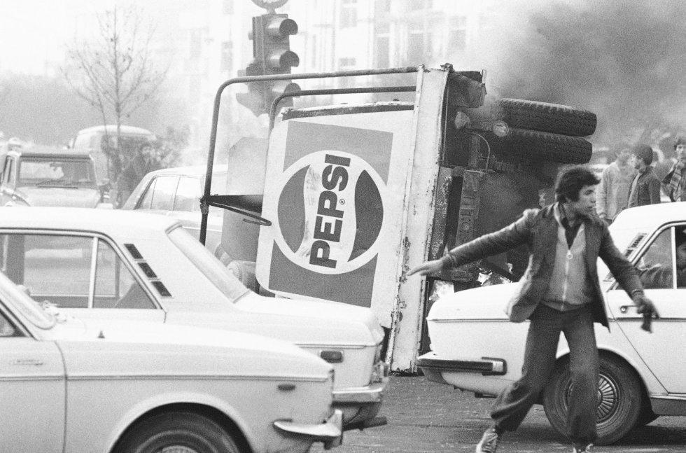 Una mezcla de borrachera de petrodólares, reformas sin apoyo social, corrupción y autoritarismo desata a finales de los años setenta del siglo XX un malestar generalizado en Irán, que opositores políticos y parte del clero explotan alentando una revuelta cuyas consecuencias apenas intuyen. En la imagen, un camión de Pepsi volcado en una de las protestas de diciembre de 1978. La revolución está en marcha.