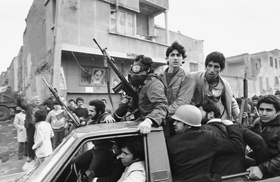 Tras la euforia por la llegada de Jomeini, empieza la lucha por el poder entre los grupos que le han apoyado. En la imagen, un grupo de jóvenes armados imponen su ley en las proximidades de la residencia del ayatolá en Teherán. Los islamistas radicales purgaran luego a los comunistas del partido Tudeh, a los liberales, a los laicos y a todos aquellos que se opusieron a sus designios. La guerra que les declaró el entonces lider iraquí Saddam Husein, les sirvió de excusa para la represión.