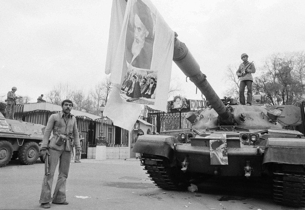 Poco después de la llegada del ayatolá Jomeini, los islamistas que le rodean ya empiezan a acaparar el poder. En una instantánea tomada el 13 de febrero, su imagen colgada del cañón de un carro de combate señala la unión del Ejército a la revolución (aunque muchos altos oficiales huyeron al exilio, en especial en el Ejército del Aire) dos días antes. Esa fecha, el 11 de febrero, se convirtió en el día en que se conmemora la victoria de la Revolución Islámica.