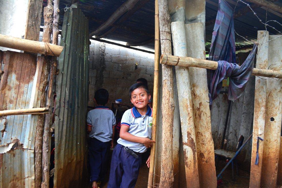 """Guatemala es uno de los países de Latinoamérica que menos dedica a educación. A pesar de ser el ministerio que más fondos recibe, se queda en un 2,9% de su Producto Interior Bruto, cuando la media de la región es casi el doble: el 5,5%. Carlos Carrera, representante de Unicef en el país, califica la situación como """"preocupante"""", con enormes abismos de desigualdad entre la cobertura a las clases altas y bajas, especialmente en secundaria. En algunas zonas rurales, las infraestructuras son ruinosas y prácticamente ponen en peligro a los propios estudiantes y docentes. En la imagen, la escuela de Caserío Almolonga, en San José.rn"""
