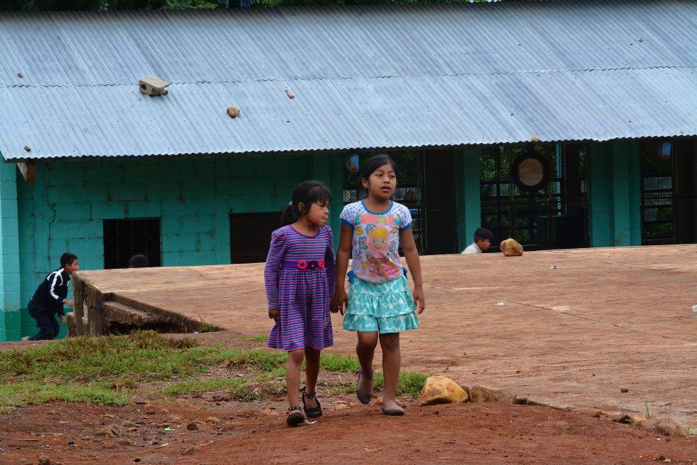 """María Eugenia Barrios Robles de Mejía, viceministra de educación de Guatemala, explica que muchos centros llevaban más de 50 años sin mantenimiento. """"Los maestros han sido lindos, han tocado todas las puertas para conseguir reparaciones: alcaldes, empresas, ONG, diputados, o pedían al más pudiente de la región"""", explica. rn"""