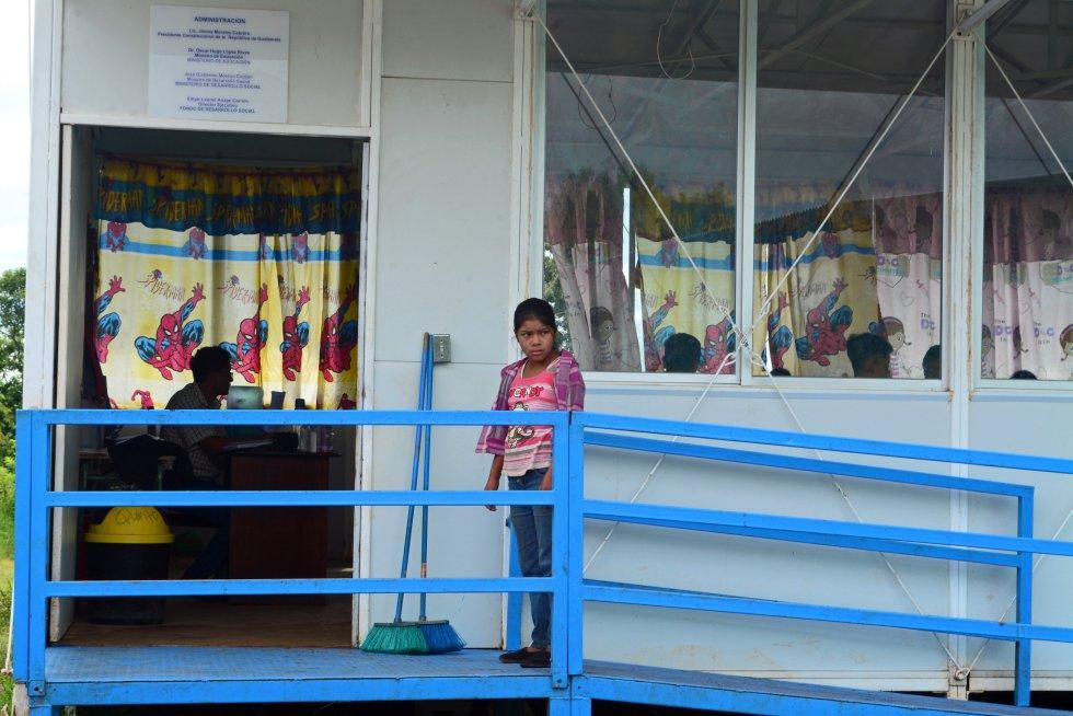 El Gobierno de Guatemala está implementando 2.000 aulas modulares como la de la imagen, especialmente en las zonas rurales, que son las que más lo necesitan. También están remozando otros 3.000. Lo hace con un préstamo al Banco Interamericano de Desarrollo (BID), que ha facilitado la logística para este reportaje.rn