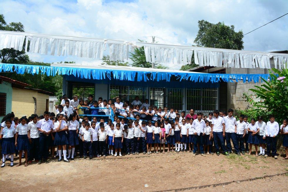 En la aldea La Libertad viven 1.500 personas y a su colegio van 130 alumnos. Su directora, Yolanda Magalí de León, explica que hasta que pusieron la nueva aula modular, se veían obligados a dividir los espacios con una lámina metálica; así dividían un espacio en dos, porque de otra manera no cabían.rn