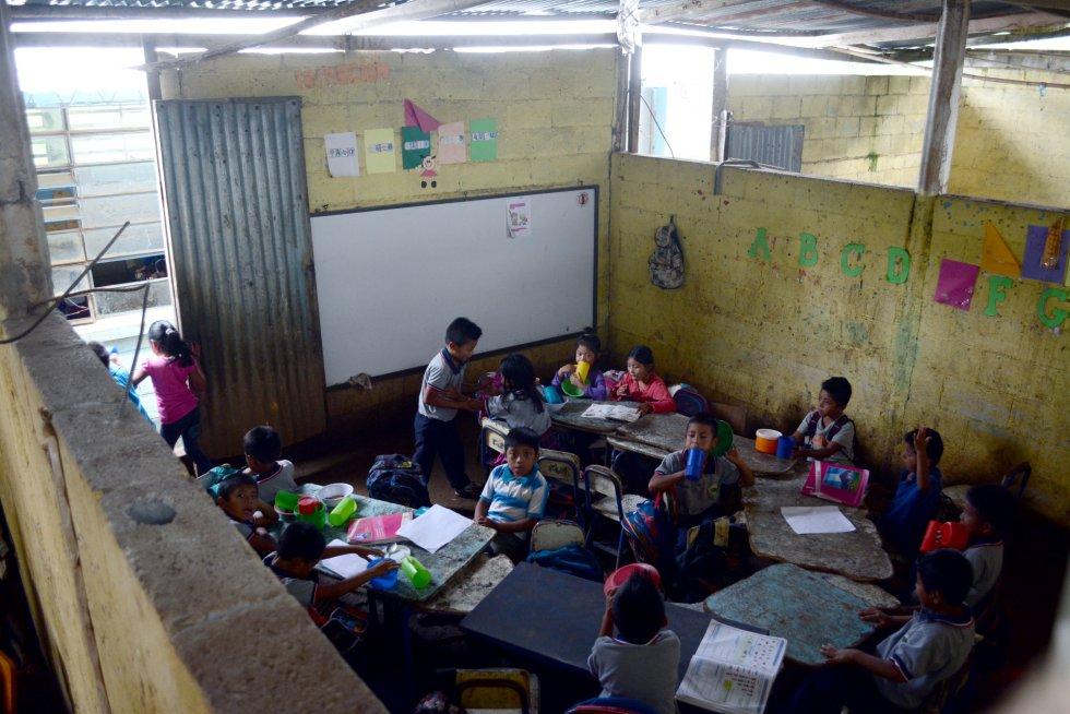 En la escuela de Casería Almolonga han instalado recientemente dos aulas nuevas, que son realmente las únicas que pueden ser llamadas así. El resto están ubicadas en galeras o edificios precarios.rn
