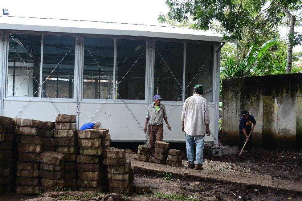 Para la construcción de las nuevas aulas prefabricadas, los padres de la comunidad se implican haciendo los trabajos más básicos de las obras.rn
