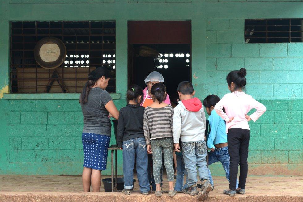 En la Escuela Silvia Rivera de García, en Comapa, los padres hacen turnos para preparar el almuerzo de los alumnos. El centro tiene casi 750 alumnos en dos turnos: mañana y tarde. rn